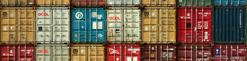 Banner Teams+Aufgaben: Bunte Containerwand Hamburger Hafen