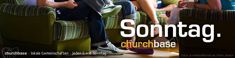 """Banner """"churchbases"""": Text: churchbases – lokale Gemeinschaften. Motiv: Junge Hauskreisgruppe auf gemütlicher Sofagruppe"""