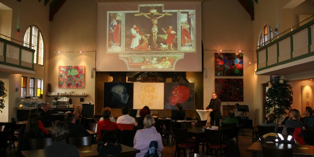 Reinhard predigt beim Karfreitagsgottesdienst.