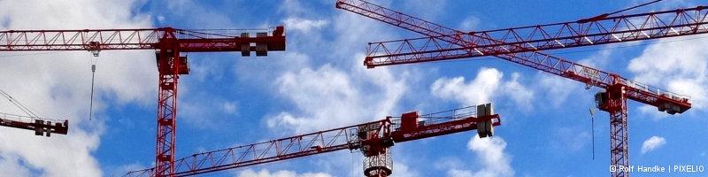 """Webbanner """"Konzepttreffen Gottesdienst"""": Ein Haufen Baustellenkran-Gerüste vor blauem Himmel"""""""