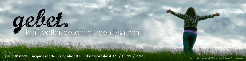"""Webbanner """"Themenreihe Gebet"""": Motiv: Frau auf einer Wiese vor dramatischem Wolkenpanorama, mit weit geöffneten Armen, Text: """"gebet. Kraftvoller beten mit den Psalmen."""""""