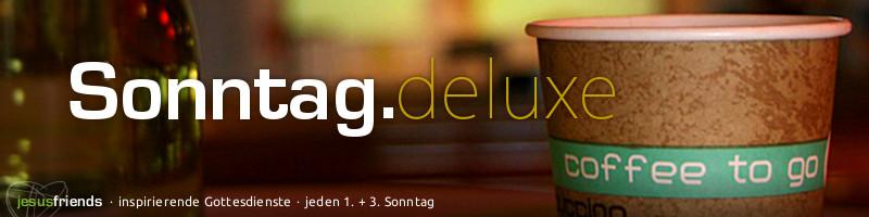 """Webbannner """"Sonntag deluxe"""": Schriftzug """"Sonntag.deluxe"""" vor einem Jerusalemkirchenmotiv (Coffee-to-go-Becher und Blumenvase auf Stehtisch)"""