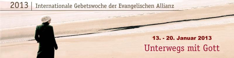 """Banner Allianzgebetswoche 2013: Motiv: winterlich gekleidete Frau bei Spaziergang an einem Strand, Text: """"2013 – internationale Gebetswoche der Ev. Allianz – 13. bis 20. Januar 2013 – Motto """"Unterwegs mit Gott"""""""