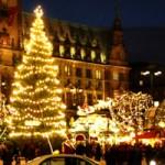 Bannermotiv 2. Weihnachtsfeiertag: Romantische Nachtaufnahme Weihnachtsmarkt HH-Rathausmarkt