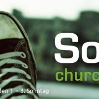 """Banner churchbrunch: Motiv: Turnschuhpaar vor unscharfer hamburger Stadtumgebung. Schriftzug: """"Sonntag. churchbrunch"""""""