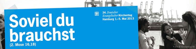"""Artikelbanner Kirchentag 2013: Offizielles Werbemotiv """"Soviel Du brauchst –34. Deutscher Evangelischer Kirchentag"""", weiße Schrift auf blauem Rechteck, im Hintergrund ein Schwarzweißfoto einer Menschengruppe vor hamburger Hafenpanorama"""
