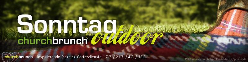"""Webbanner """"churchbrunch outdoor"""": Nahaufnahme von Picknickdecke auf Parkwiese in sommerlichen Licht. Text: Sonntag. churchbrunch outdoor –inspirierende Picknick-Gottesdienste"""