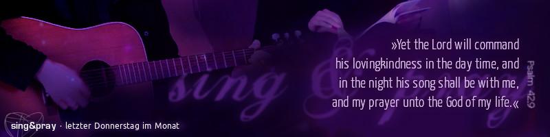 """Banner """"sing&pray"""": Motiv: Detailausschnitt eines Gitarrenspielers und einer Liedheft haltenden zweiten Person, dunkellila eingetönt. Text: Psalm 42,9 in englisch, Fußzeile: sing&pray – bewegende Anbetungsabende – jeden letzten Donnerstag im Monat"""