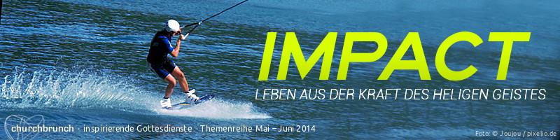 """Webbanner """"IMPACT"""": Titel """"IMPACT – Leben aus der Kraft des Heiligen Geistes"""" Kursive Headline vor blauem Wassermotiv. Auf dem Wasser dreht ein Kitesurfer, gezogen von seinem Drachen, mit hoher Geschwindigkeit seine Runden"""