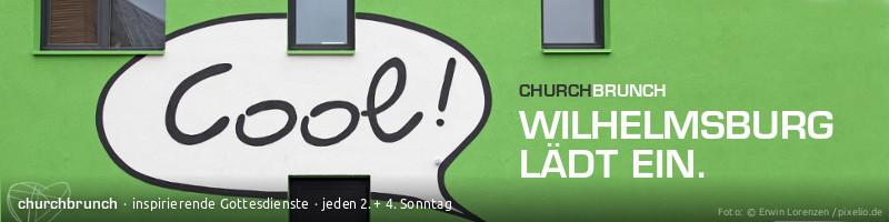 """Webbanner """"Wilhelmsburg lädt ein"""": Motiv: Grün gestrichene Wand eines IBA-Hauses mit aufgemalter Sprechblase """"Cool!"""""""