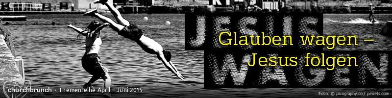 """Banner """"Glauben wagen - Jesus folgen"""". Motiv: Zwei junge Erwachsene springen in einen städtischen See."""