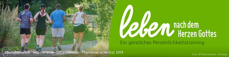 """Banner Themenserie Herbst 2018 """"Leben nach dem Herzen Gottes – ein geistliches Persönlichkeitstraining"""". Motiv: Gruppe Läufer auf einem Naturwanderweg"""